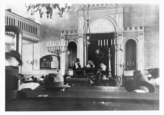 Breisach am Rhein, FR; Synagoge, Innenansicht während der Schriftlesung, Bild 1