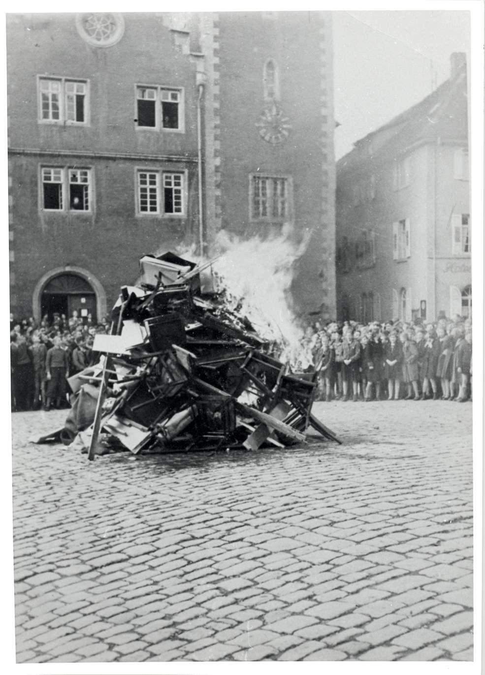 Mosbach, MOS; Reichspogromnacht, Verbrennung der Synagogeneinrichtung, Bild 1