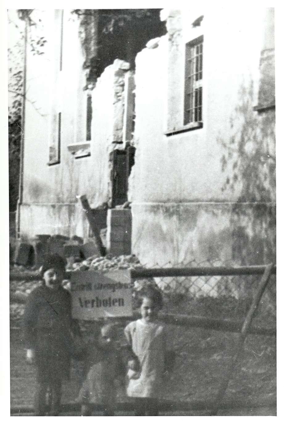 Gailingen, KN; Synagogenruine nach der Reichspogromnacht, Kinder vor der Absperrung, Bild 1