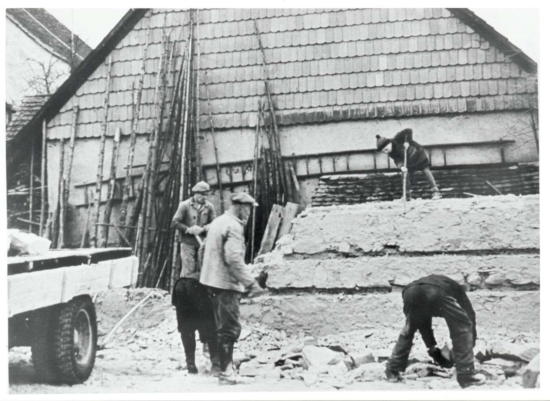Gailingen, KN; Synagogenruine nach der Reichspogromnacht, Männer bei Aufräumarbeiten, Bild 1
