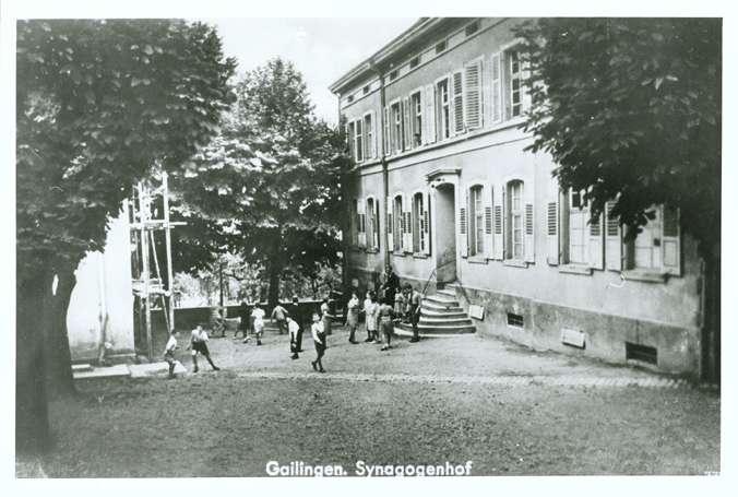 Gailingen, KN; Jüdisches Schulhaus (rechts) mit Synagogenhof (links), Bild 1