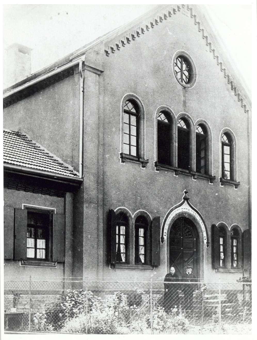 Gondelsheim, KA; Synagoge, Vorderansicht mit älterem Ehepaar am Eingang, Bild 1