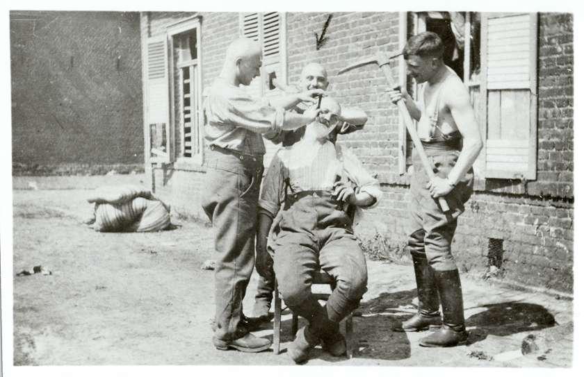 Hardheim, MOS; Feldartillerie-Regiment 50, 4 Soldaten in Givenchy (Frankreich) (Bildermappe Anselm Wertheimers), Bild 1