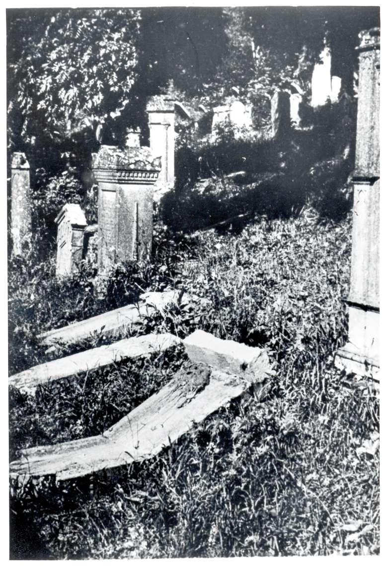 Hechingen, BL; Jüdischer Friedhof, zum Teil umgestürzte Grabsteine, Bild 1