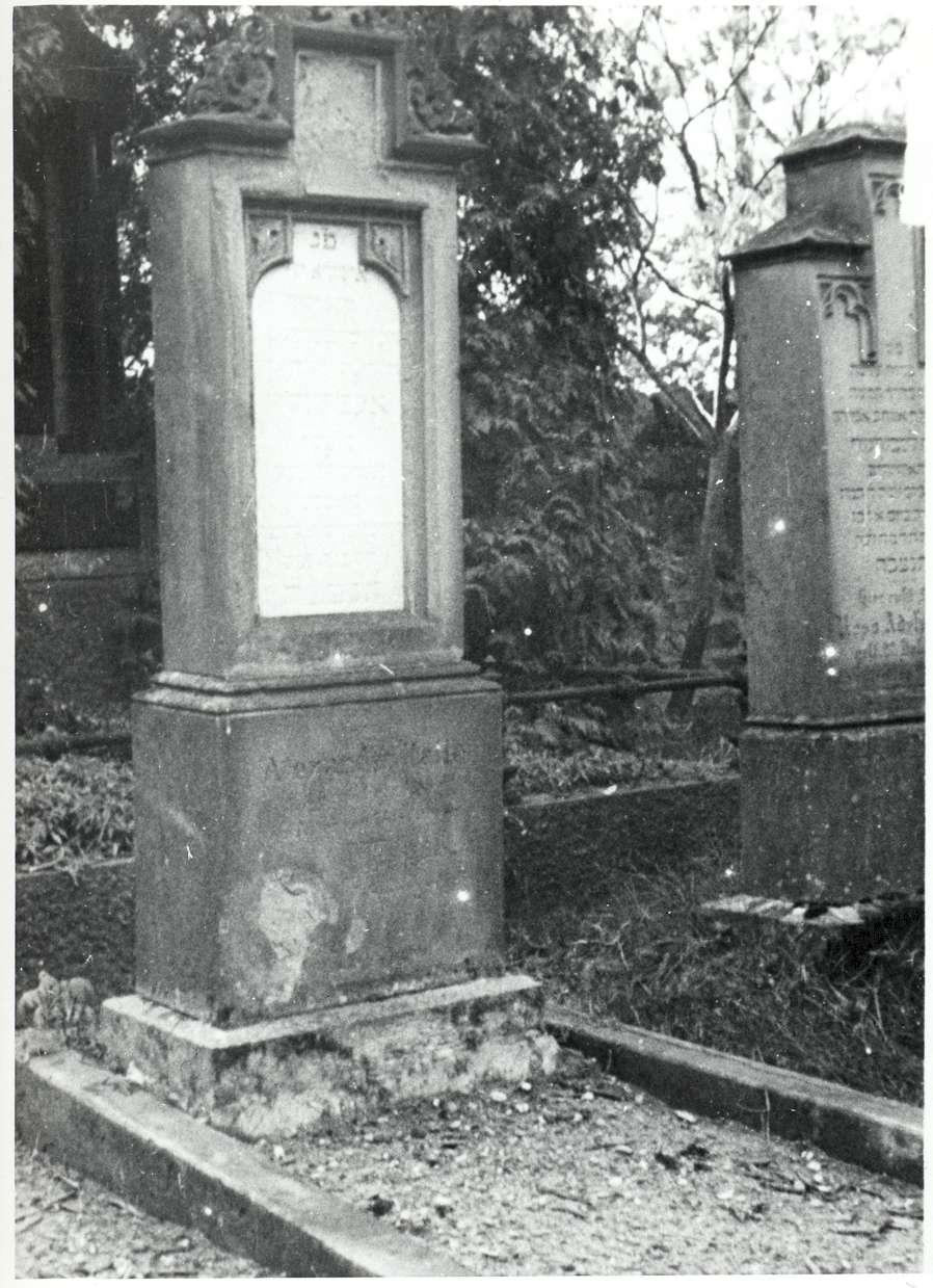 Hockenheim, HD; Jüdischer Friedhof, Grab von 1885, Bild 1