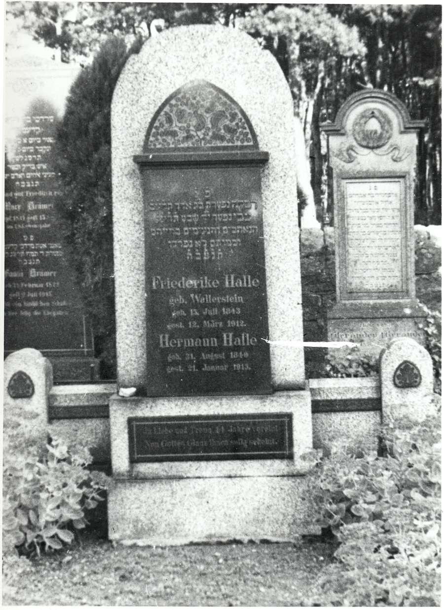 Hockenheim, HD; Jüdischer Friedhof, Grabstein des Hermann Halle (1840-1913) und der Friederike Halle geb. Wallerstein (1843-1912) in Hebräisch und Deutsch, Bild 1