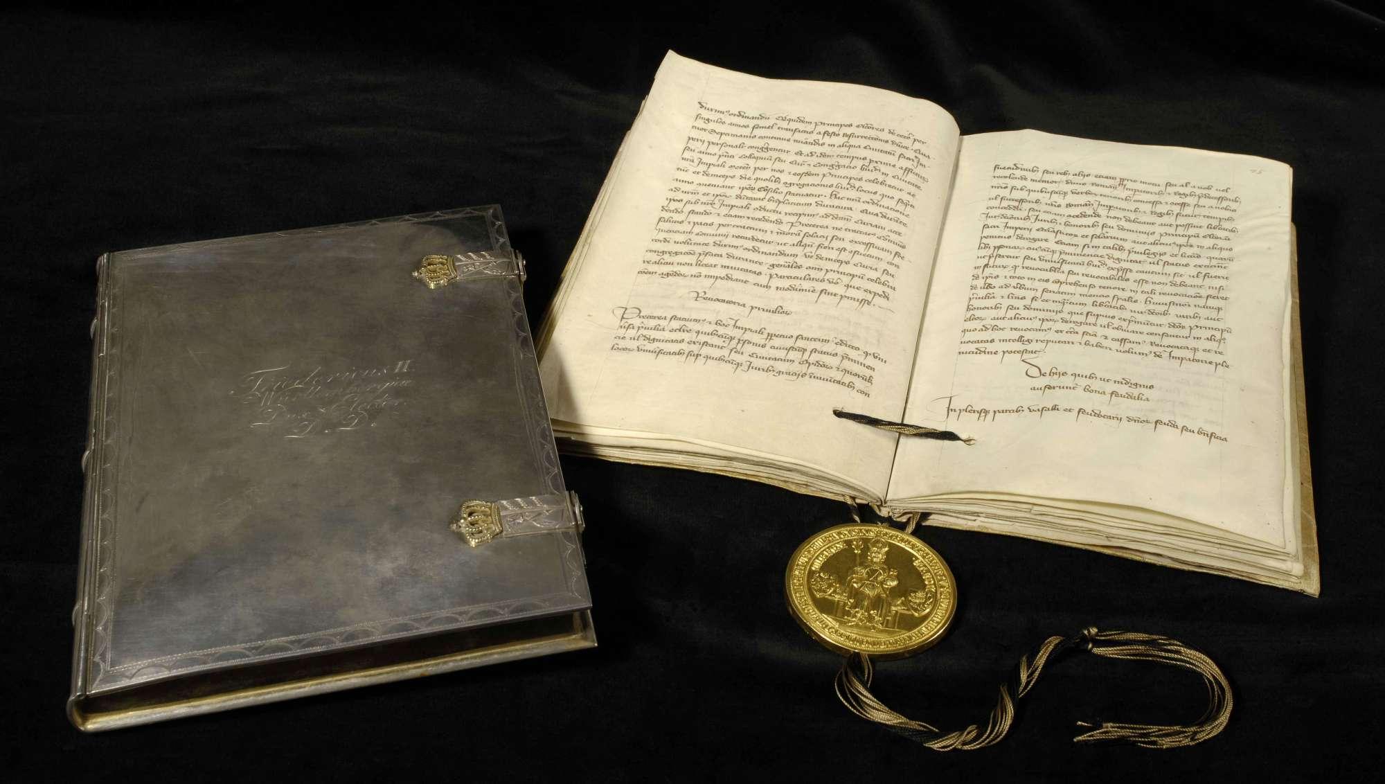 Kaiser Karl publiziert die ersten dreiundzwanzig Kapitel der Goldenen Bulle., Schmuckkassette