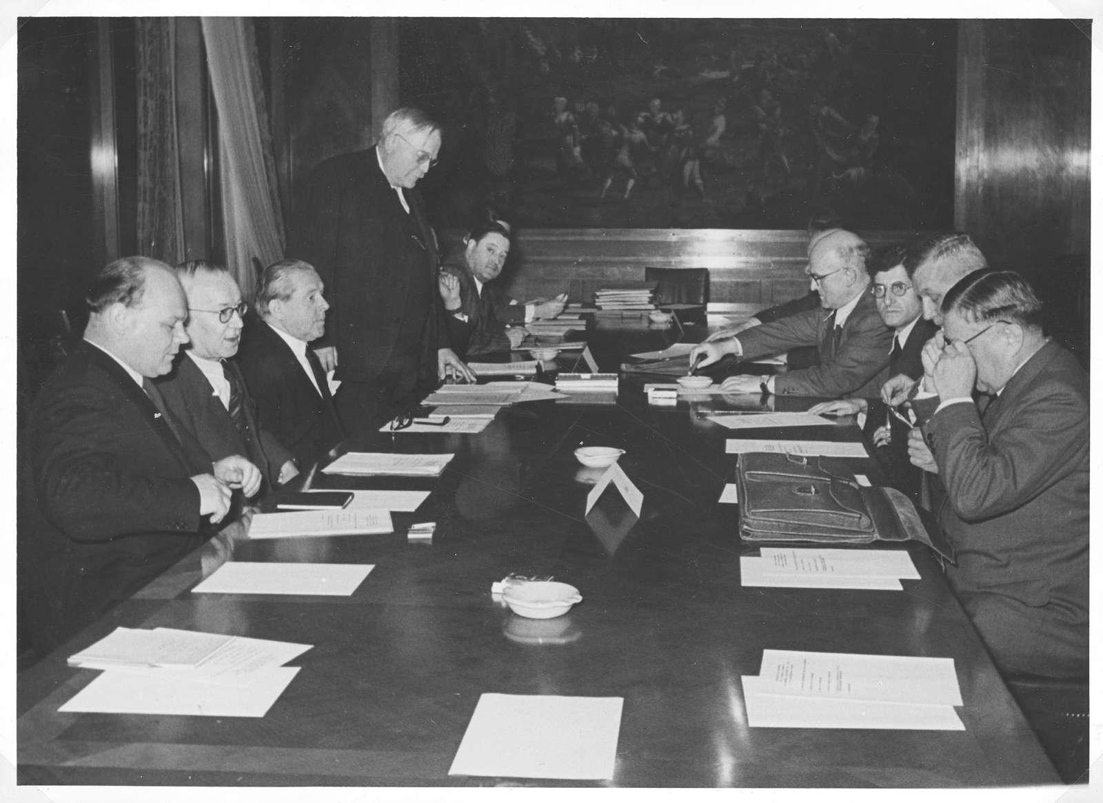 Album mit Fotos vor allem von Ereignissen aus dem politischen und öffentlichen Leben 1950-1953, Bild 1