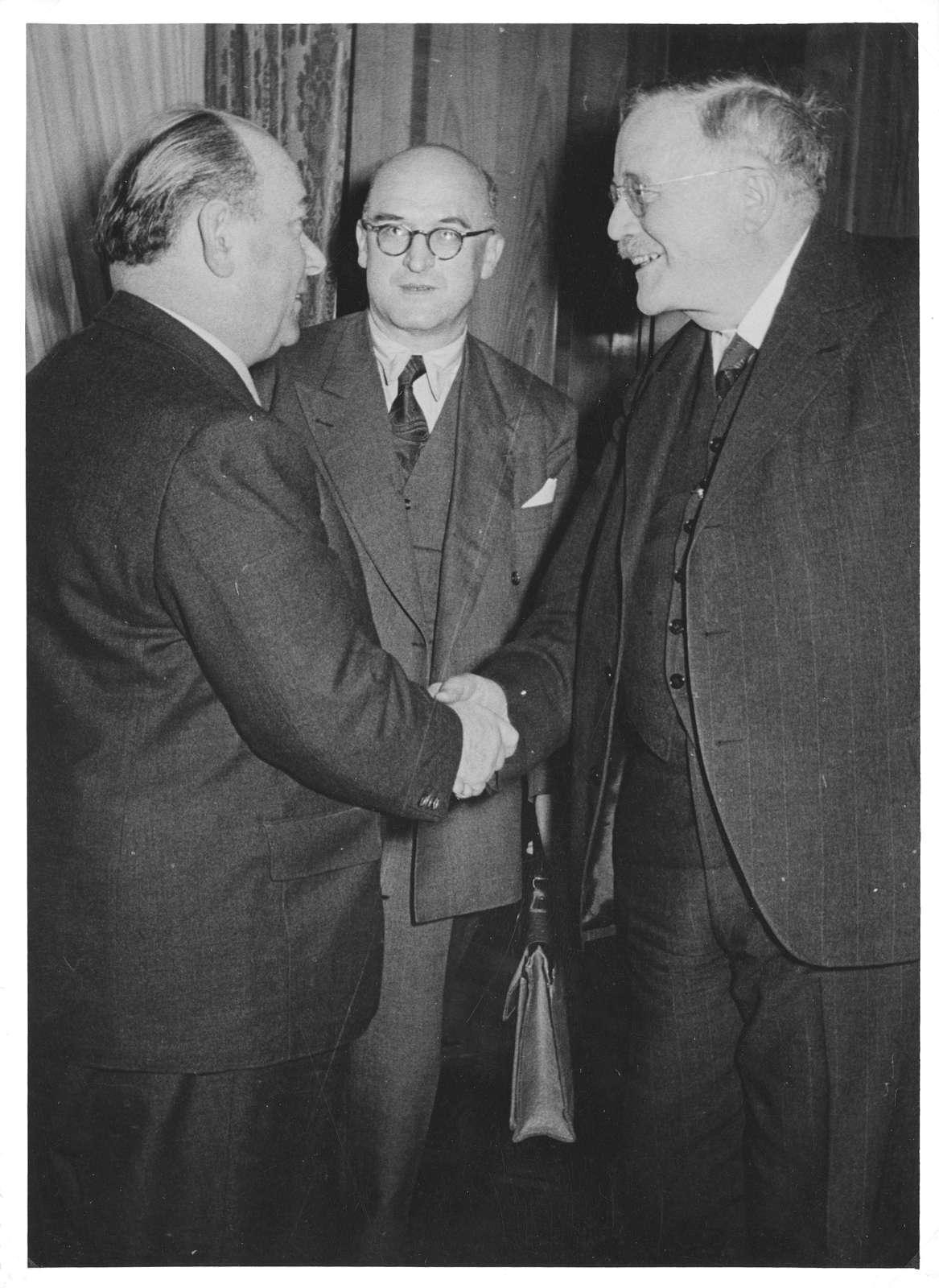 Album mit Fotos vor allem von Ereignissen aus dem politischen und öffentlichen Leben 1950-1953, Bild 2