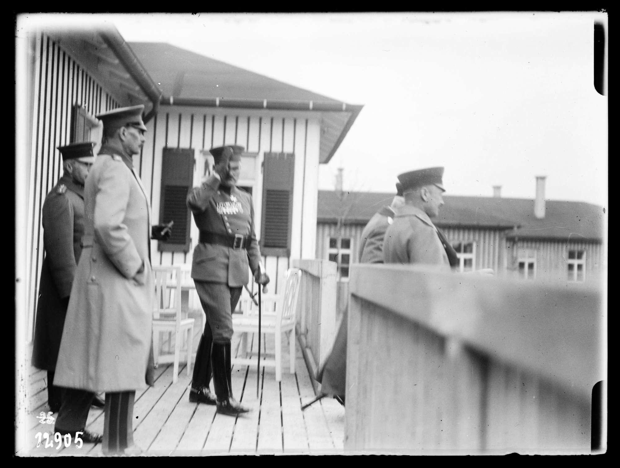 Wilhelm II., König von Württemberg mit Offizieren, Bild 1