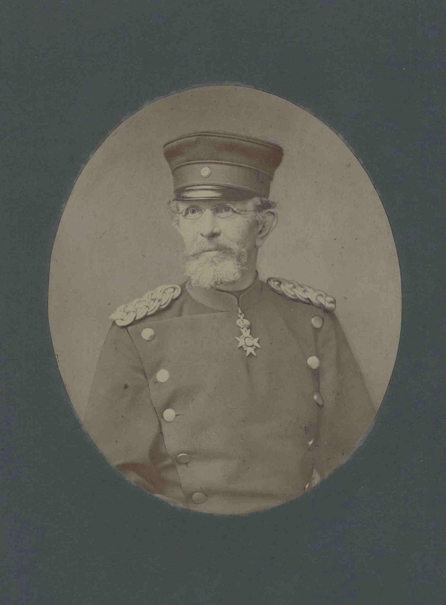 Theodor von Wundt, Generalmajor, Kriegsminister von 1874-1883 in Uniform, Mütze und Orden, Brustbild in Halbprofil, Bild 1