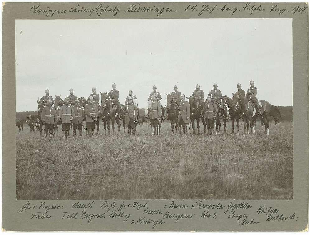 Georg von Körbling, Generalleutnant, bei Besichtigung der 54. Infanterie-Brigade auf Truppenübungsplatz Münsingen, 1907, mit achtzehn Offizieren stehend oder zu Pferd, in Uniform mit Pickelhaube, Bild 1