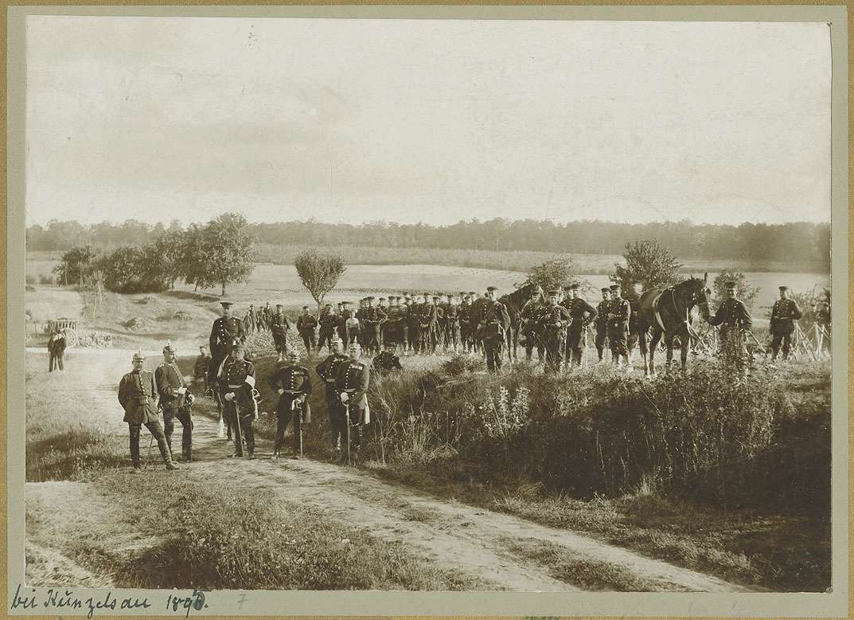 Otto Erhard von Marchtaler, Generaloberst, württ. Kriegsminister, stehend mit Soldaten in Uniform, teils Pickelhaube, teils Mütze und in Pferd bei einem Divisions-Manöver in Künzelsau, 1895, Bild 1