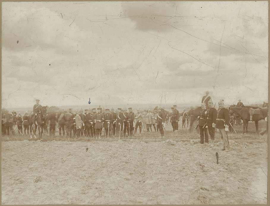 Albert von Schnürlen (1843-1926), General der Infanterie, Gruppenfoto mit ca. dreiundvierzig Soldaten, teils zu Pferd, teils stehend, in Uniform, teils mit Mütze oder Pickelhaube auf Truppenübungsplatz bei Münsingen, August 1876, Bild 1