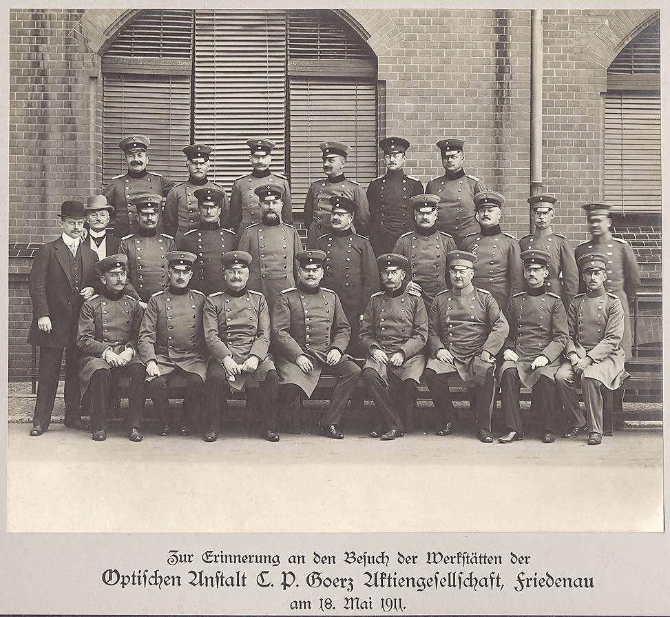 August Schradin als Major, späterer Generalmajor bei Besuch Optischer Anstalt C. P. Goerz AG, Friedenau, 1911, stehend oder sitzend mit zweiundzwanzig Offizieren und zwei Zivilisten der Schiessabteilungen I-III in Uniform, Mütze, Bild 1