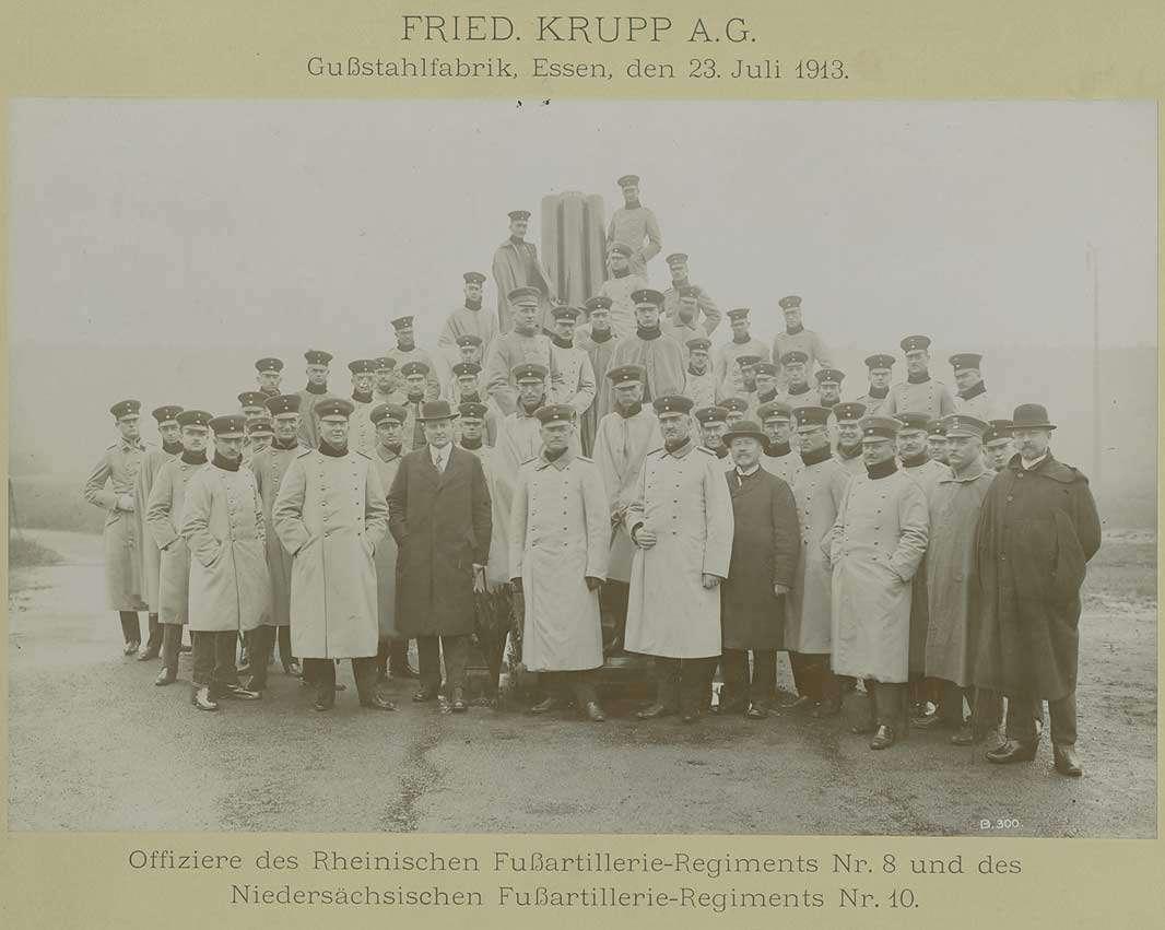 Rheinisches Fussartillerie-Regiment Nr. 8 und Niedersächsisches Fussartillerie-Regiment Nr. 10, Offiziere in Uniform und Mütze mit drei Zivilisten zu Besuch bei Firma Krupp AG, Essen, 1913, Bild 1