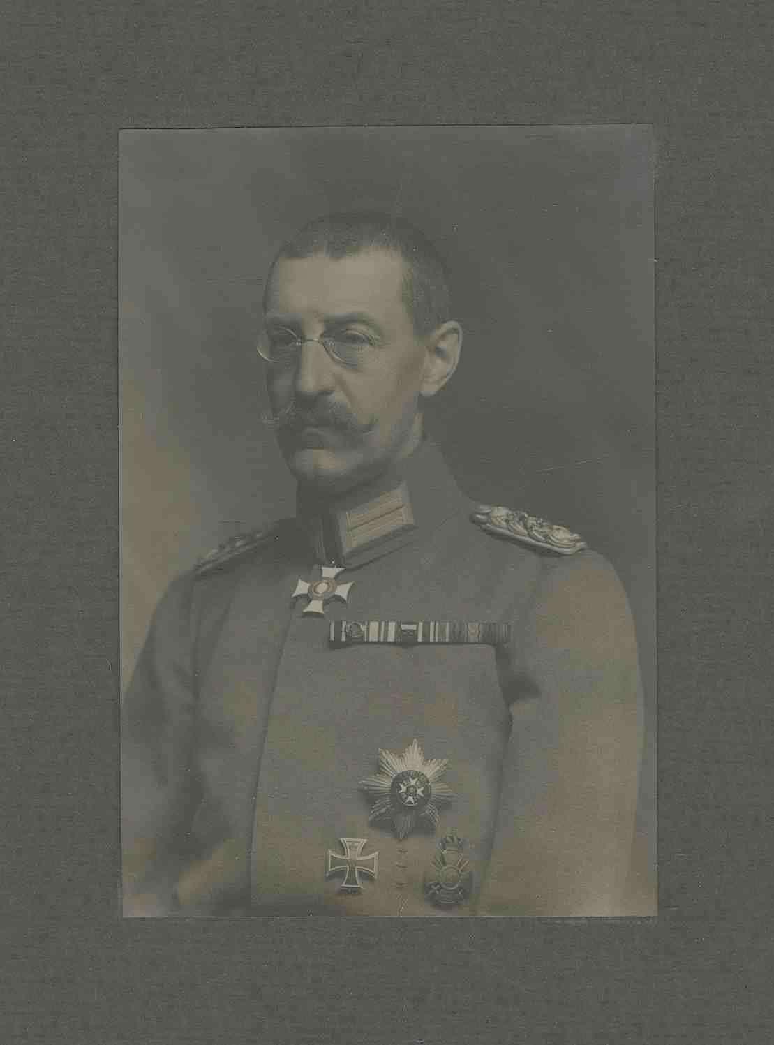 Herzog Wilhelm von Urach, Graf von Württemberg, General der Kavallerie, Kommandeur des Württ. General-Kommandos z. b. V. (zur besonderen Verwendung) 64 in Uniform mit Orden, Brustbild in Halbprofil, Bild 1