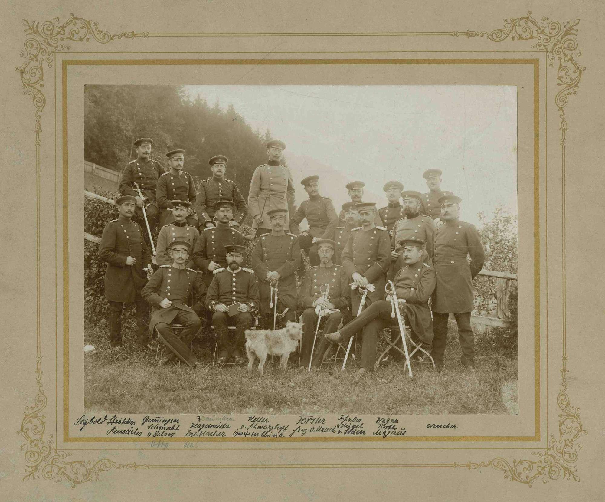 Generalstabsreise 1896, zwanzig Offiziere (unter ihnen Oberst Max Forster) teils stehend, teils sitzend, in Uniform und Mütze, Bilder vorwiegend in Halbprofil, Bild 1