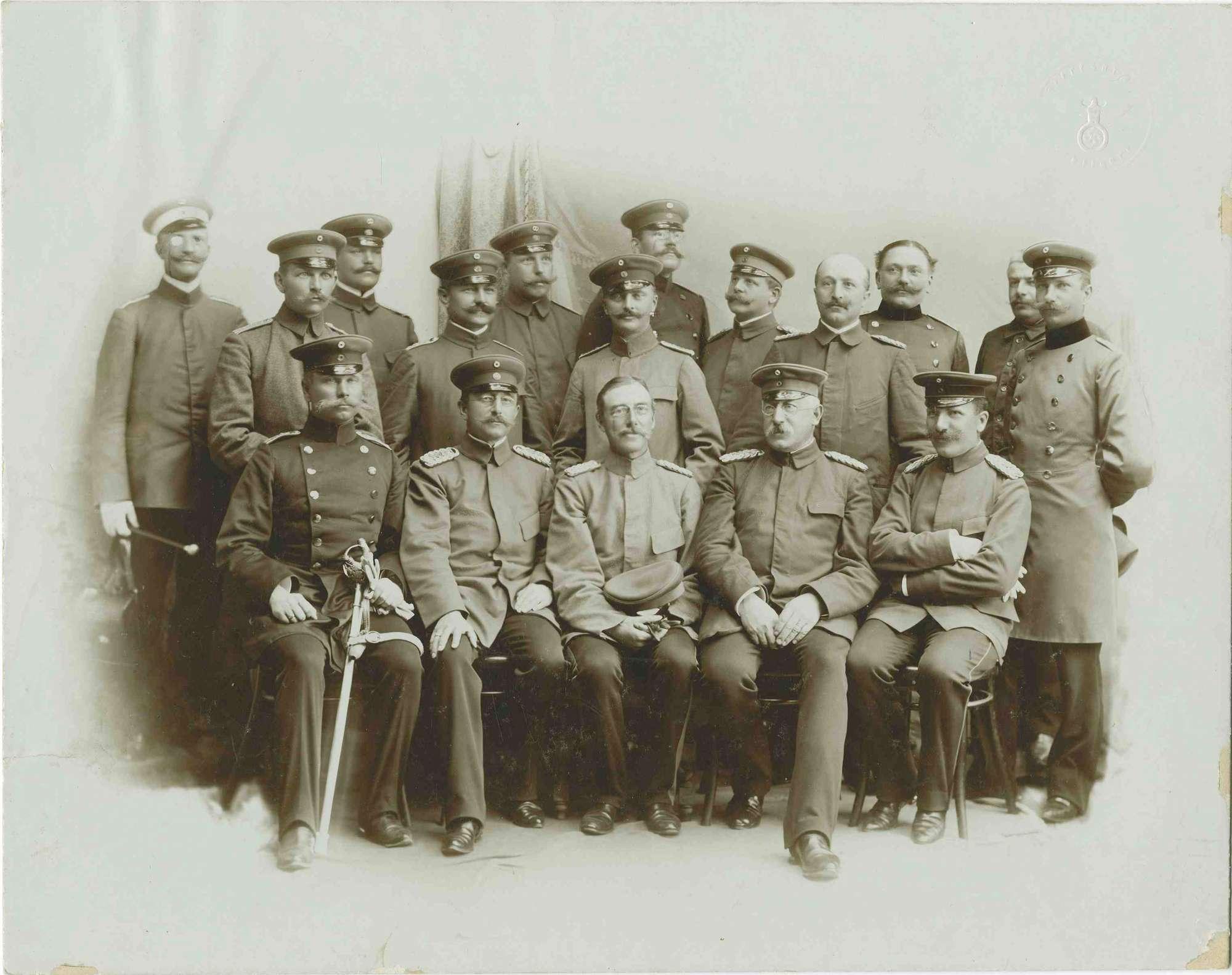 Generalstabsreise 1901 in Tettnang, Offiziere aus verschiedenen Einheiten, teils stehend, teils sitzend, in Uniform, teilweise mit Mütze, Bilder vorwiegend in Halbprofil, 1r