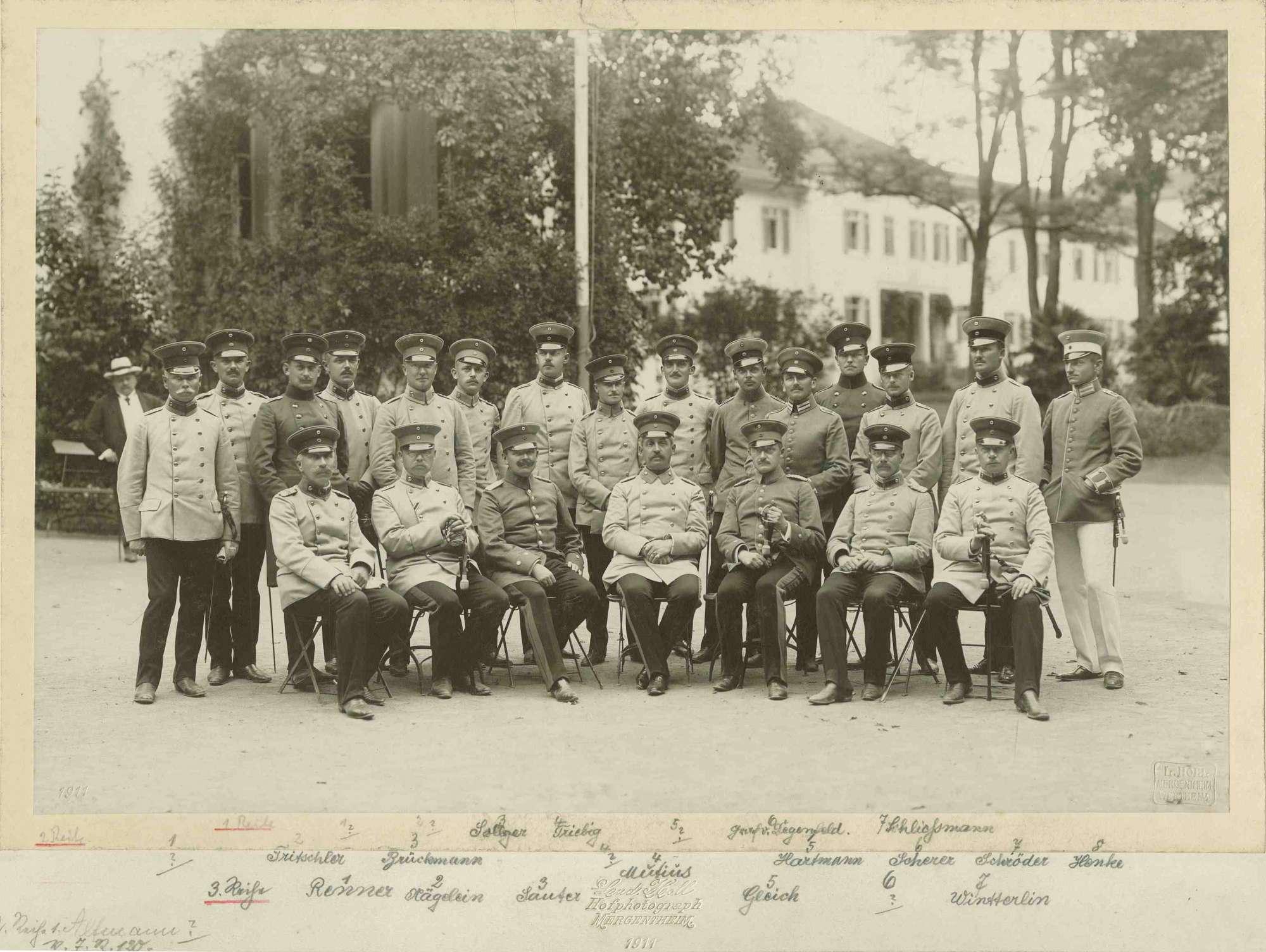 Generalstabsreise 1911, zweiundzwanzig Offiziere, teils stehend, teils sitzend, in Uniform und Mütze in Mergentheim, vorwiegend Brustbilder, Bild 1