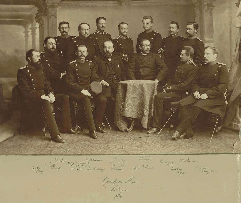 14 Teilnehmer an einem Operations-Kurs in Tübingen 1888, teils stehend, teils sitzend vierzehn Militärärzte, davon zwölf in Uniform, Brustbilder vorwiegend in Halbprofil, Bild 1