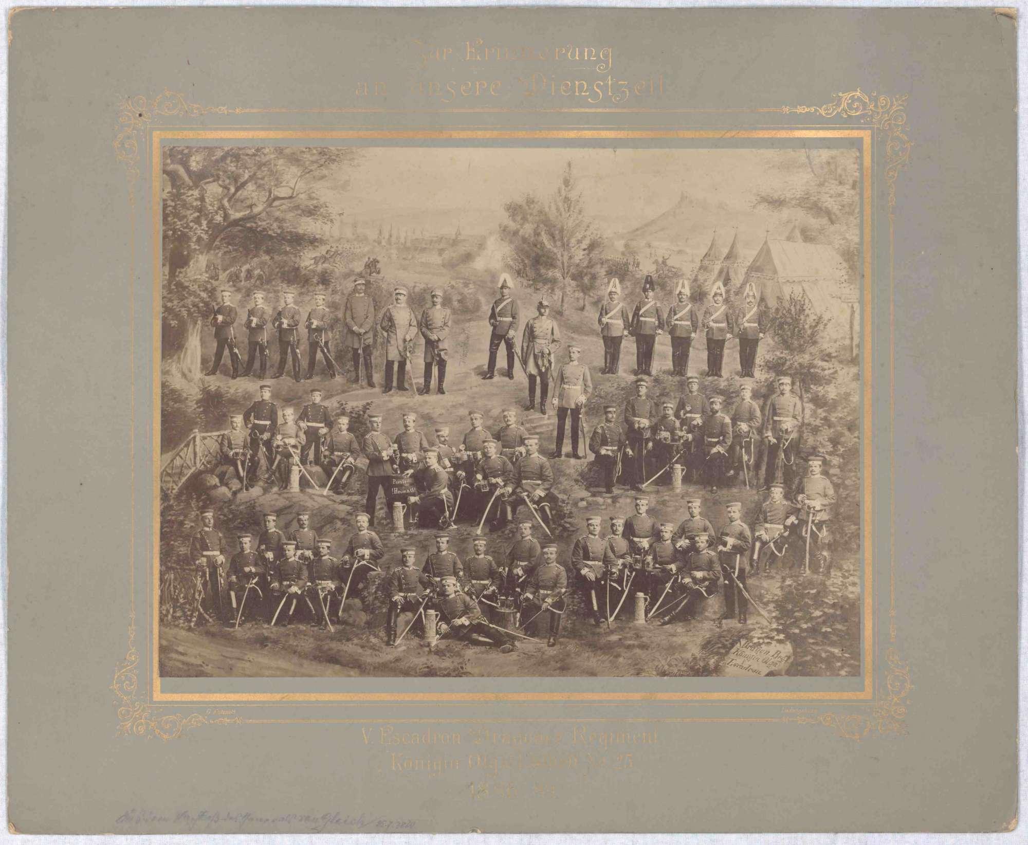 5. Eskadron (ca. achtundfünfzig Personen) Jahrgang 1886-1889, des Regiments teils in Reihe angetreten, in Gruppen zusammen oder sitzend, im Hintergrund zwei Heere im Gefecht, Bild 1