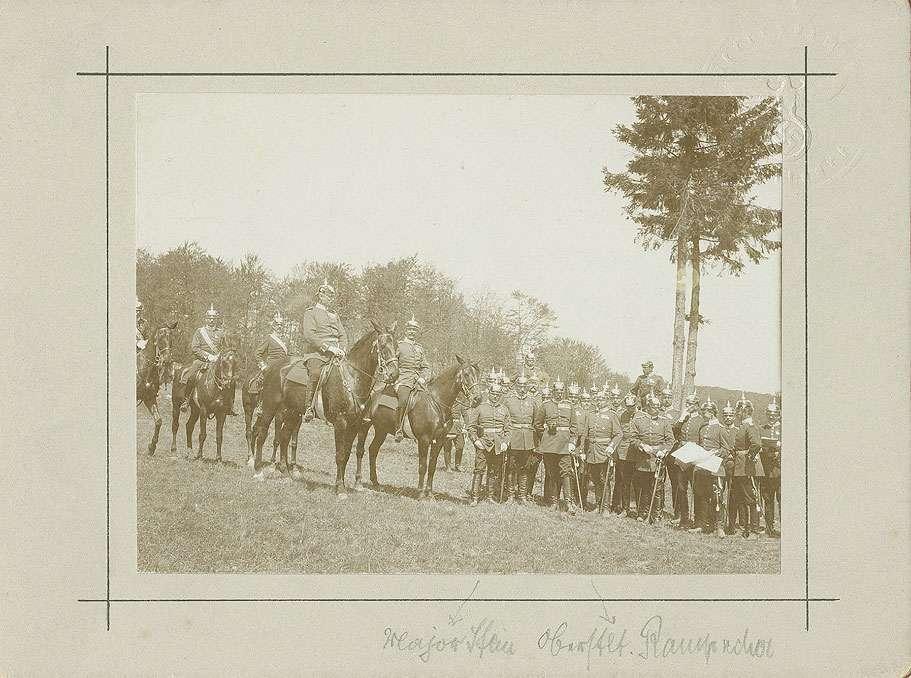 Ca. neunundzwanzig Offiziere des Regiments in Uniform mit Pickelhaube, teils zu Pferd, teils stehend auf dem Truppenübungsplatz Münsingen, Bild 1