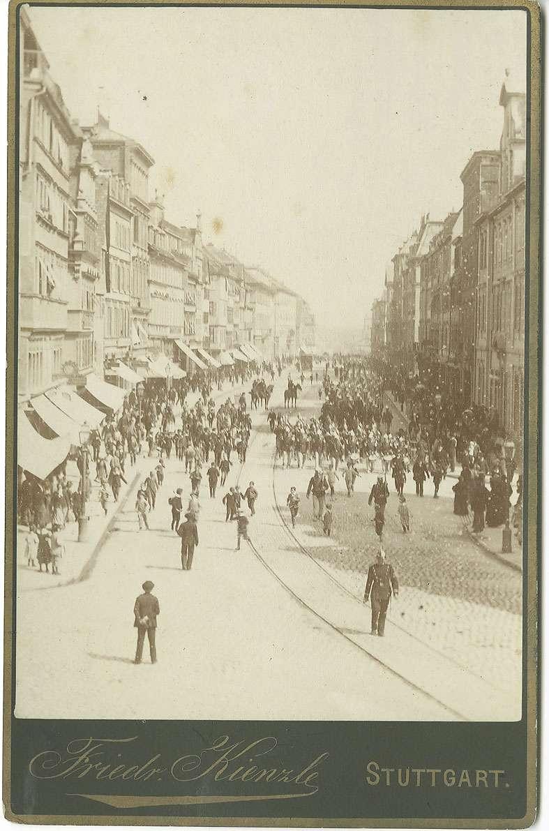 Nach Geländeübung in Stammheim, Einzug des Infanterie-Bataillons des Regiments in die Königsstrasse, Stuttgart, 1885, Bild 1