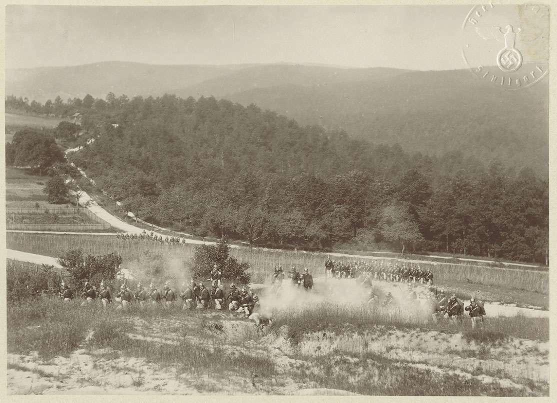 Motiv Geländeübung: 11. Kompanie des Regiments in Gefechtsstellung auf der Feuerbacher Heide, Bild 1