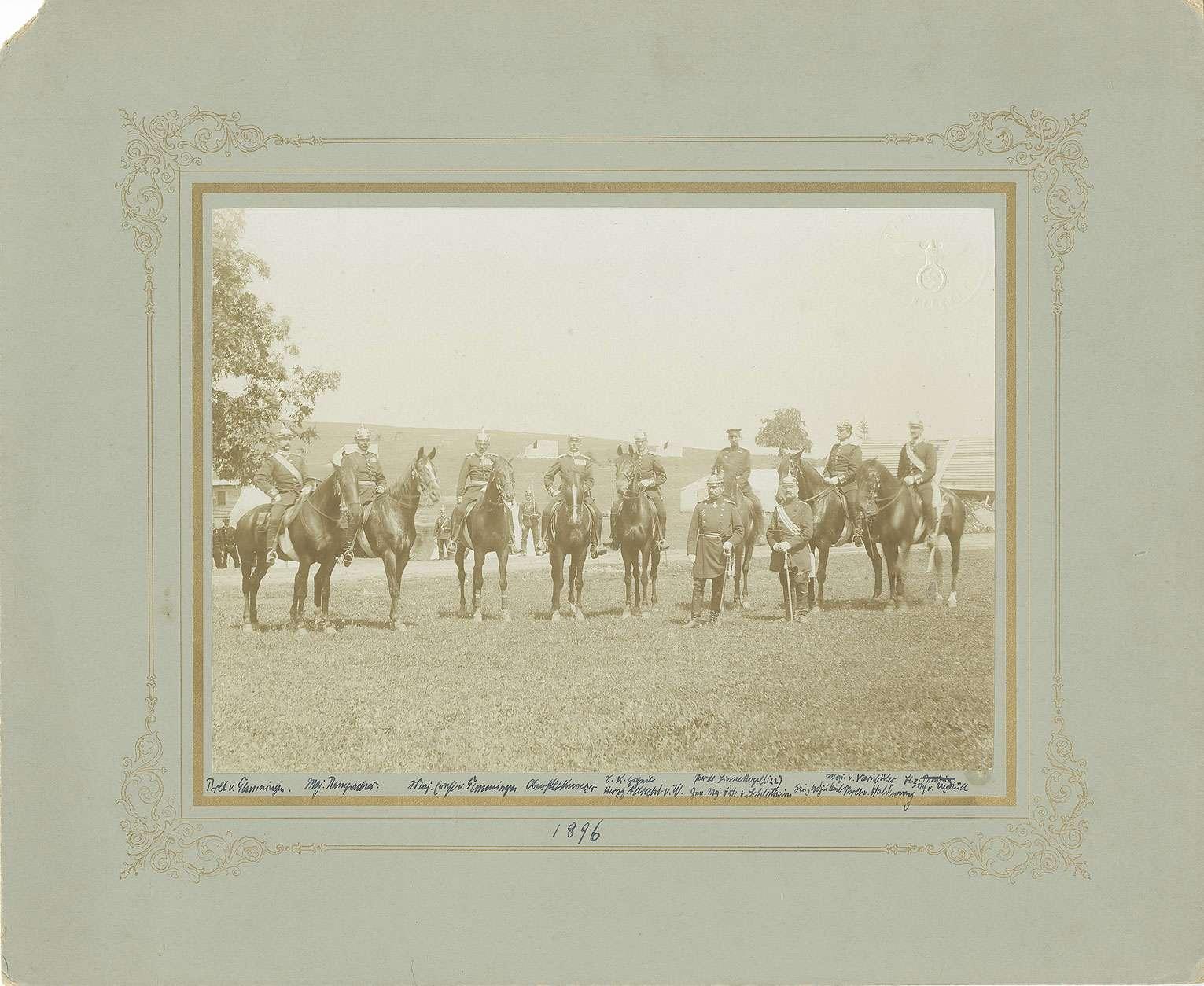 8 Offiziere des Regiments zu Pferd, zwei zu Fuss je in Uniform mit Pickelhaube, auf dem Truppenübungsplatz Münsingen, Bild 1