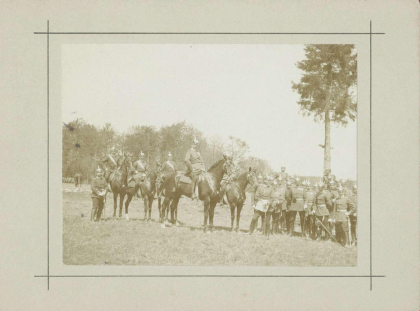 Ca. vierundzwanzig Offiziere teils zu Pferd, teils zu Fuss je in Uniform mit Pickelhaube auf dem Truppenübungsplatz Münsingen, 1900, Bild 1