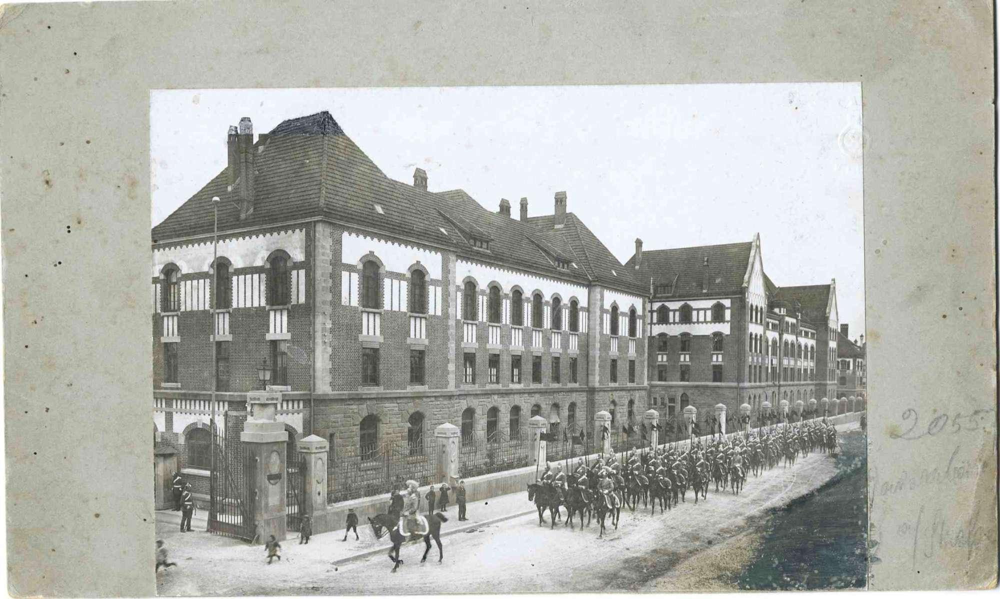 Königsparade im Mai 1911, 2. Eskadron bei der Rückkehr von der Parade vor der Königin Olga Kaserne, Garnison Ludwigsburg, mit Fahnen in Reih und Glied reitend, 1r