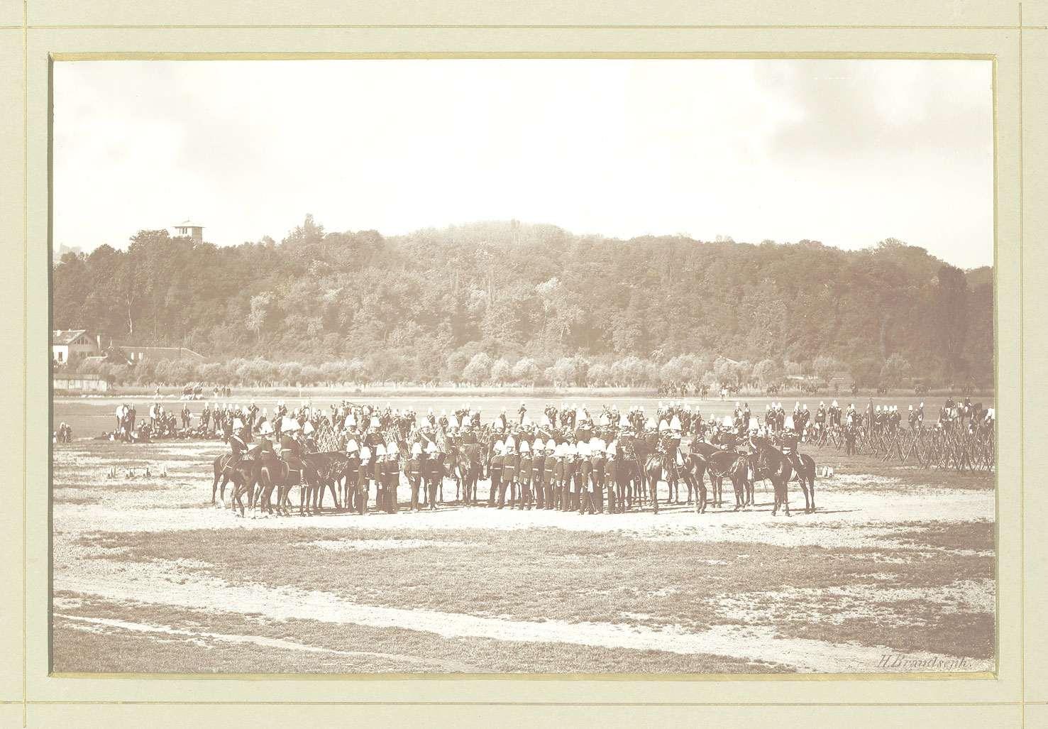 Offiziere des Regiments teils zu Pferd teils stehend auf dem Cannstatter Wasen während der Vorparade, Bild 1
