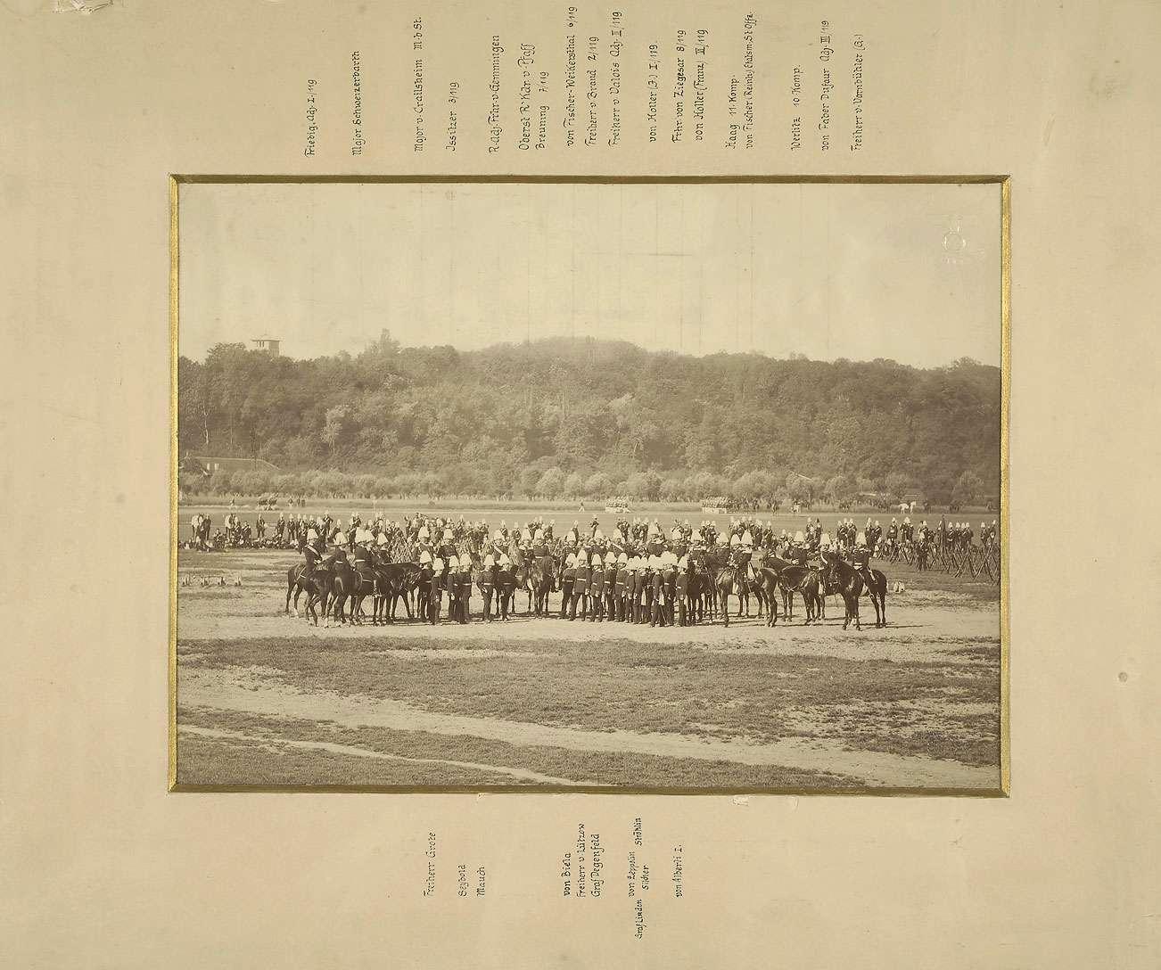 Offiziere des Regiments, neunundzwanzig Personen zu Pferd oder stehend während der Vorparade auf dem Cannstatter Wasen, Bild 1
