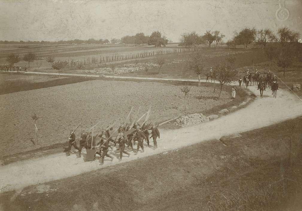 Geländeübung im Feld auf der Strasse nach Geisingen, Bild 1