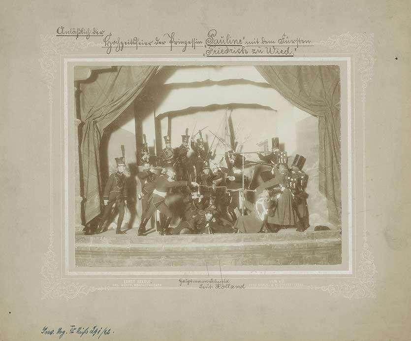 Theaterstück verkleideter Offiziere Grenadier-Regiment (König Karl) Nr. 123 stellen Kampfszene auf Bühne nach, Beiprogramm zur Hochzeitsfeier Prinzessin Pauline mit Fürsten Friedrich zu Wied, 1898, Bild 1