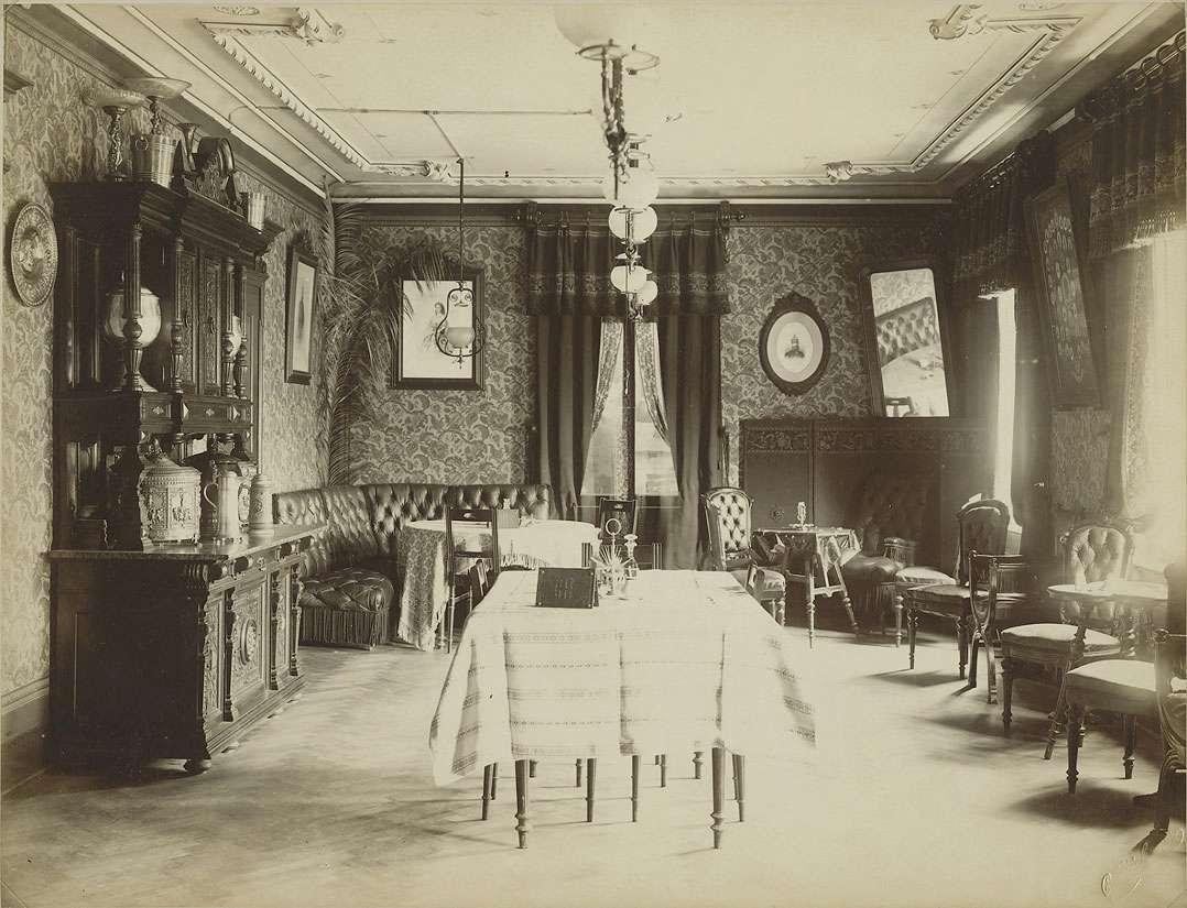 Grünes Zimmer (Frühstücksraum) im Offizierskasino des Grenadier-Regiment (König Karl) Nr. 123, 5. Württembergisches mit Mobiliar aus dem Nachlass König Karls von Württemberg in der Garnison Ulm, Bild 1