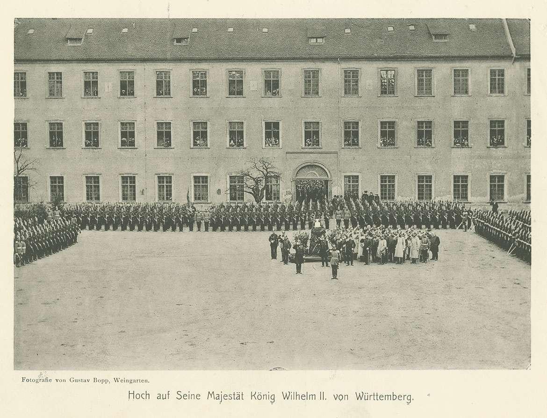 Regimentsparade im Kasernenhof Weingarten anlässlich des Jubiläums 1803-1903: das Gewehr präsentierende Soldaten und salutierende Offiziere von einer Büste, im Hintergrund Zivilisten, Bild 1
