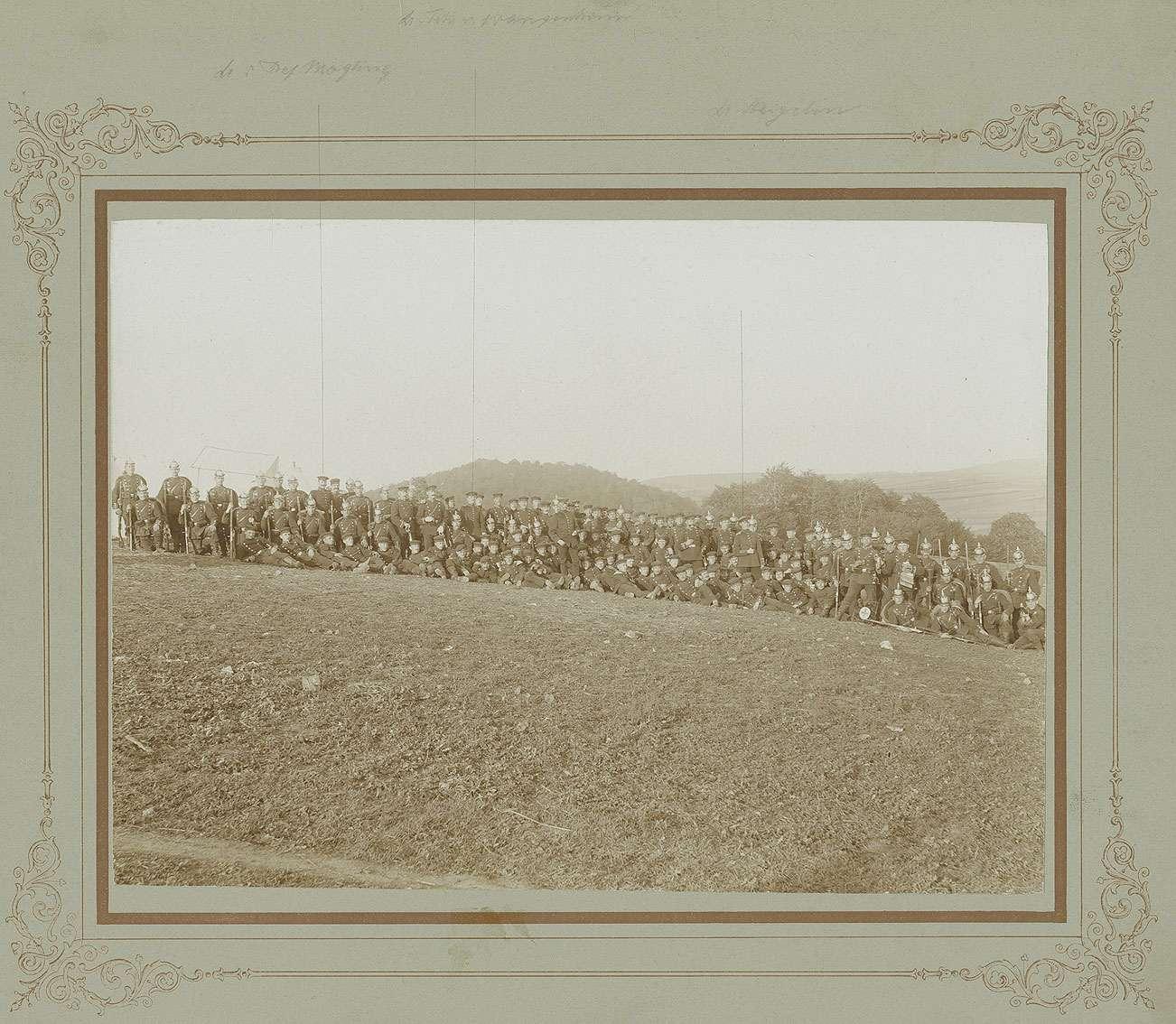 Ca. 130 Personen auf dem Truppenübungsplatz Münsingen, darunter Freiherr Erich von Wangenheim, Leutnant, späterer Oberstleutnant, Gustav Moegling, Leutnant und Theodor von Heigelin, Leutnant, Bild 1