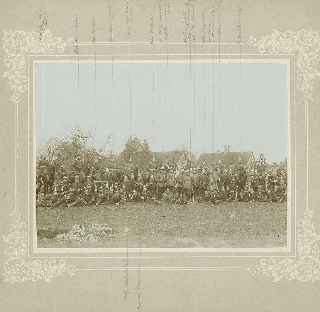 Offiziere des Regiments (ca. achtundfünfzig Personen) am Ortsrand von Münsingen, teils zu Pferd, teils stehend oder sitzend, Bild 1