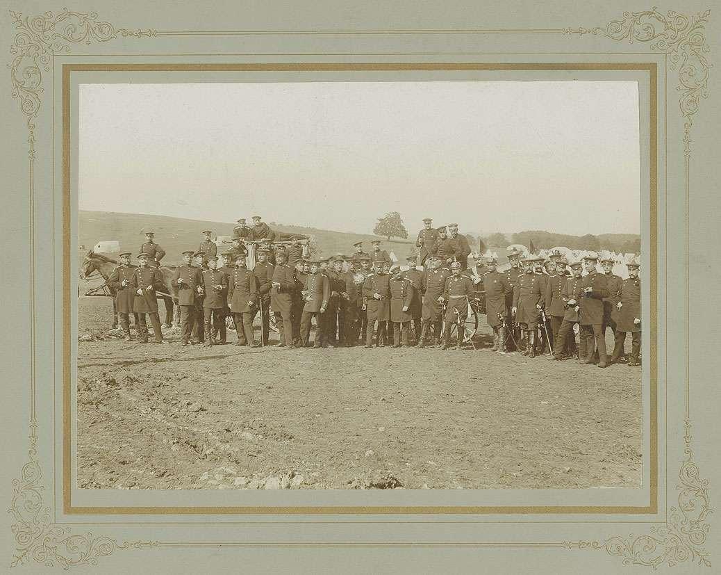 Offiziere des Regiments (ca. fünfundvierzig Personen) auf dem Truppenübungsplatz Münsingen, im Hintergrund Soldaten, auf Pferdewagen, Bild 1