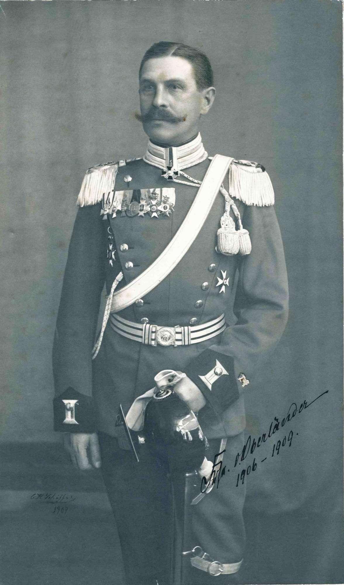 Freiherr Ernst von Oberländer, Oberstleutnant und Kommandeur von 1906-1909, preuss. Offizier, stehend in Uniform mit Sanduhrsilhouette und Taillengürte, 1909 [Quelle: Hauptstaatsarchiv Stuttgart]
