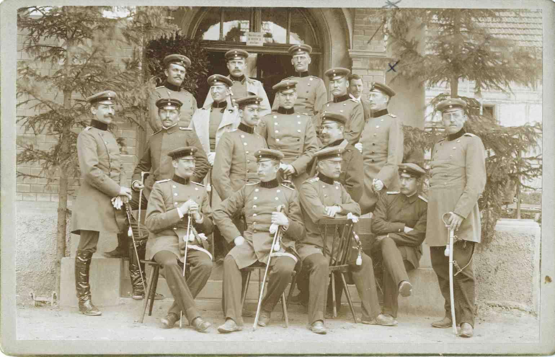 Offiziere (siebzehn Personen) des Regiments, teils stehend oder sitzend vor Eingang einer Kaserne, unter ihnen Otto Braunbek, Leutnant, späterer Oberleutnant der Reserve, Garnisonsbauinspektor, Intendantur- und Baurat, 1r