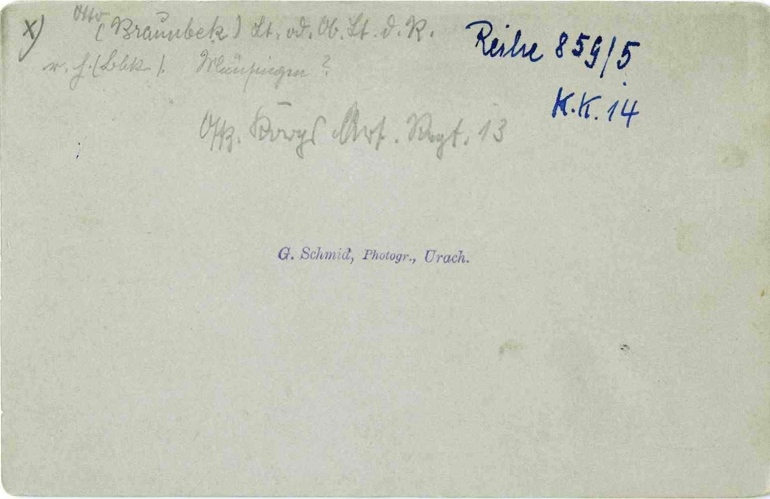 Offiziere (siebzehn Personen) des Regiments, teils stehend oder sitzend vor Eingang einer Kaserne, unter ihnen Otto Braunbek, Leutnant, späterer Oberleutnant der Reserve, Garnisonsbauinspektor, Intendantur- und Baurat, 1v