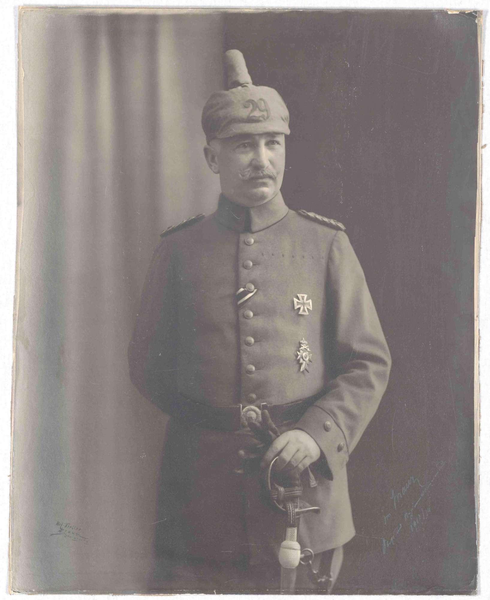 Viktor von Maur, Oberst und Kommandeur von 1911-1914, zuletzt Generalmajor, stehend in Uniform mit Säbel und Pickelhaube, Brustbild, Bild 1