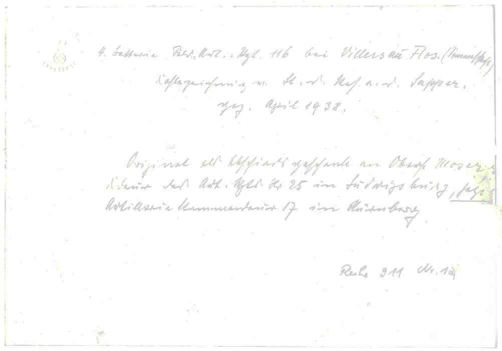 4. Batterie des Regiments bei Villars-au-Flos, ca. vierzehn Soldaten in Uniform mit Stahlhelm, teils am Geschütz, teils einen Wagen entladend, teils mit Pferden auf dem Schlachtfeld, 1v