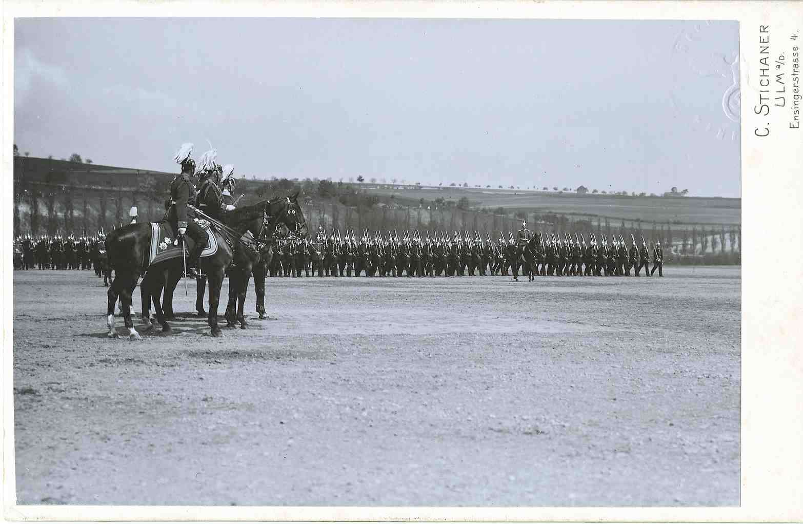 Königsparade, 1. Kompanie des Bataillons in Reihen marschierend vor König Wilhelm II. von Württemberg, Graf Alfred von Waldersee, Generalfeldmarschall und Karl von Reinhardt, Generalmajor, alle drei zu Pferd, Bild 1