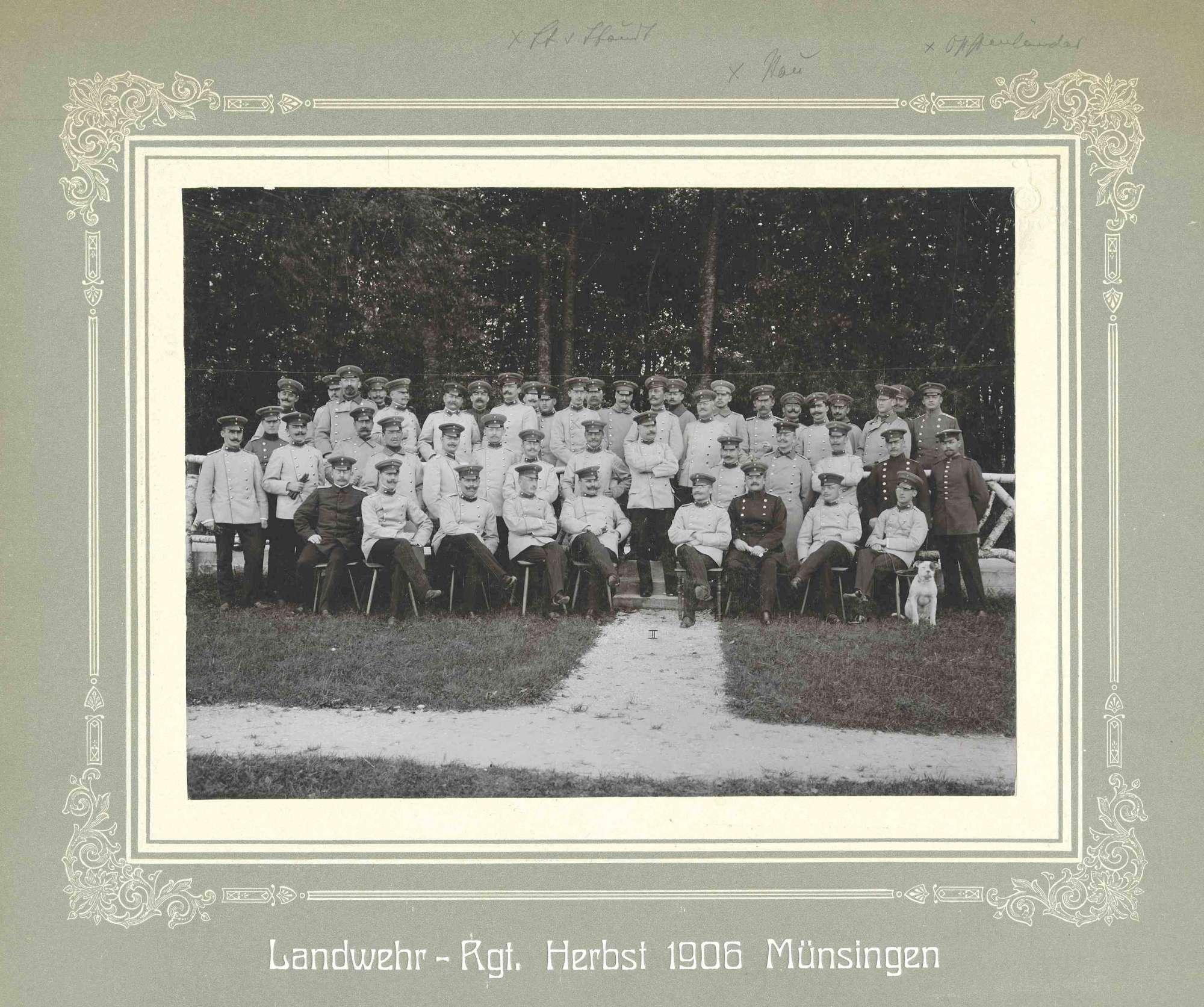 Friedrich von Staudt und Oppenländer, beide Leutnant, zusammen mit Offizieren (ca. achtundvierzig Personen) des Landwehr-Regiments teils stehend, teils sitzend vor Wald im Herbst 1906 in Münsingen, Bild 1