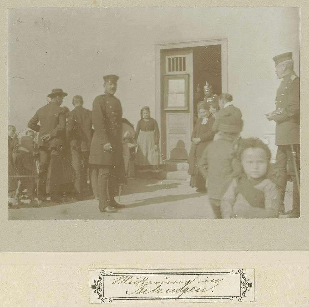 Musterung in Betzingen, Uniformierte und Zivilisten, Kinder vor Gebäudetür mit Anschlagtafel, Bild 1