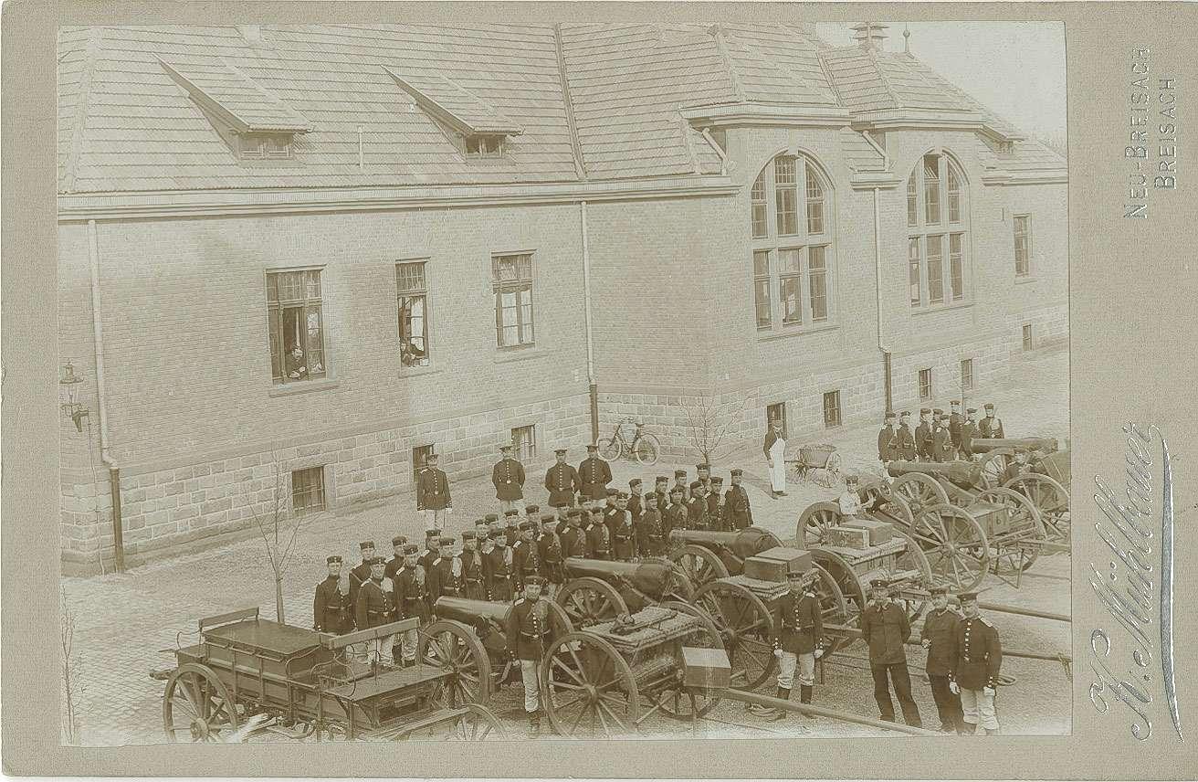 Angetretene Mannschaften vor Kanonen der 5. Batterie des Hohenzollernsches Fussartillerie-Regiments Nr. 13 im Hof der Kaserne, Garnison Breisach, Bild 1